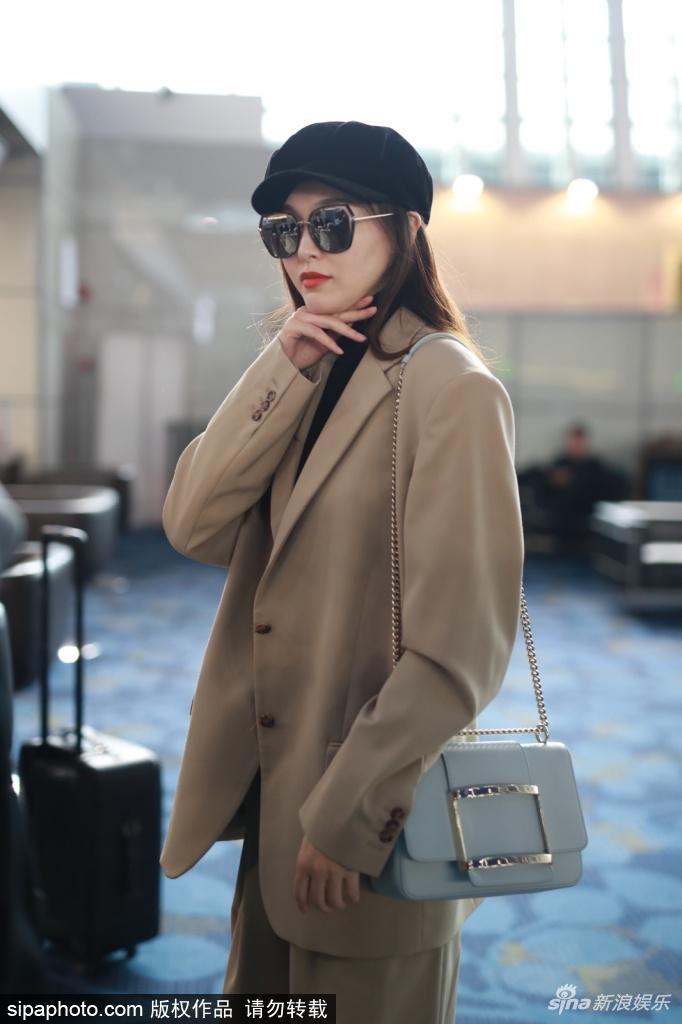 唐嫣抵达上海机场 身材瘦削甜美精致