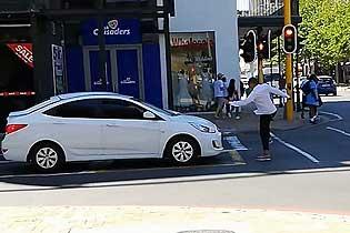 爆笑!南非开普敦街头男子恶作剧?#25918;?#27773;车司机