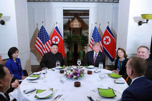 """朝美领导人越南会晤 特朗普席间""""微笑比心"""""""