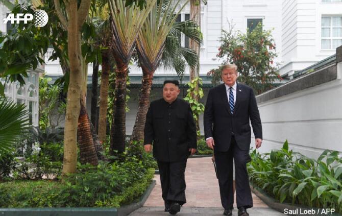 金正恩和特朗普结束一对一会谈,在会场外散步