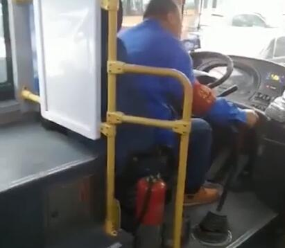 公交司机因开车时唱歌太投入被停岗3天,公司:有安全隐患