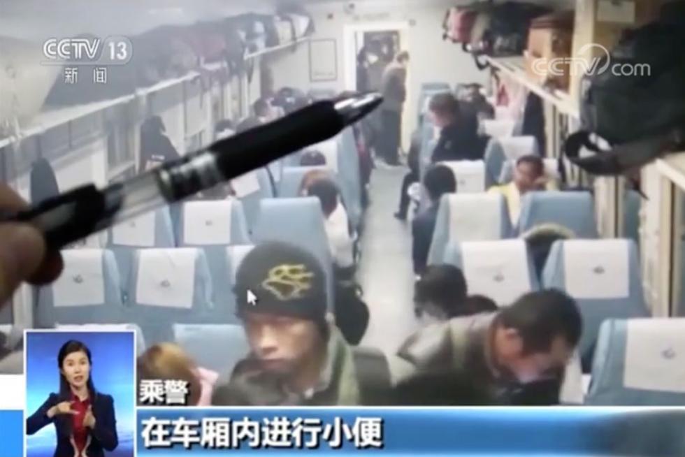 醉酒男子霸座在车厢小便 辱骂威胁列车员乘警被拘