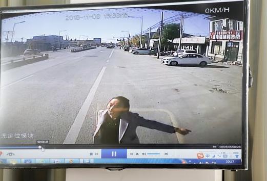 女子与公交司机男友吵架 酒后大闹车厢拉拽方向盘