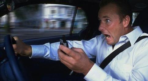 """车智汇提醒您:不做马路上的""""低头族"""""""