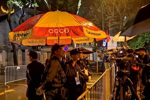 朝鲜深夜开记者会,大批国际媒体记者驻守酒店外