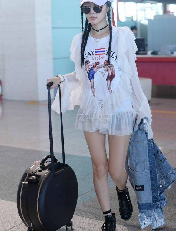 李小璐整装亮相机场,行李箱成了重点,网友:行李箱都这么会买