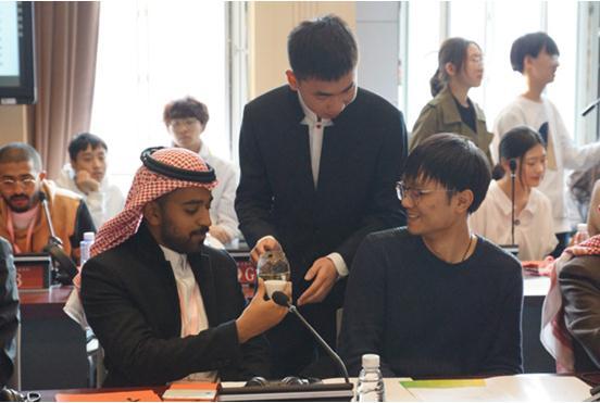 """中沙青年对话会在北二外举行 两国青年共写""""福""""字"""