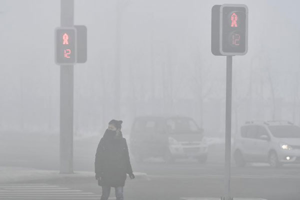 新疆多地出现浓雾天气 局部能见度低于100米