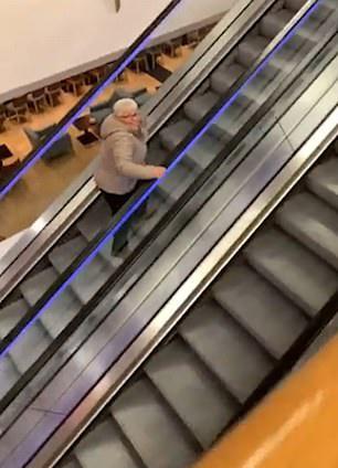 """搞笑一刻!英70岁老太被家人恶搞扶梯上""""原地踏步"""""""