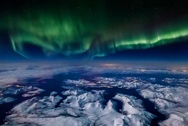 美呆了!摄影师飞机上捕捉挪威上空北极光