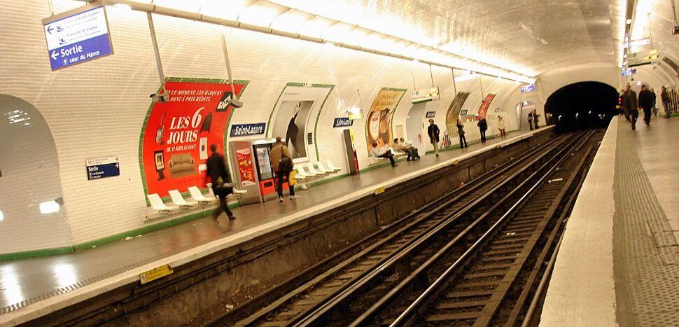 """法国女子等地铁遭遇""""站台惊魂"""" 地铁到站突然被推下站台"""