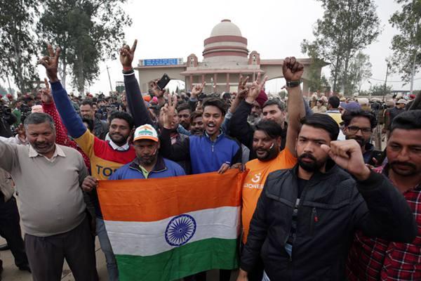 被俘印度飞行员将被释放 印度民众在瓦噶口岸欢呼庆祝