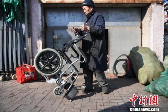长春暖心修车人30年免费为残疾人修车:给儿子做榜样