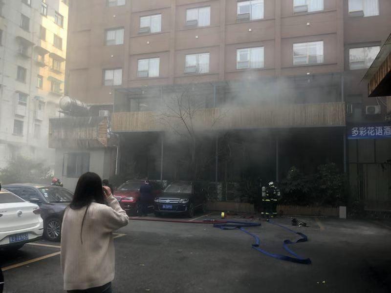 贵阳中山东路一餐馆液化气罐泄露,引发火灾!