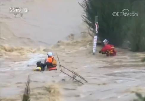 中东多地遭暴雨袭击 洪水致许多道路被淹