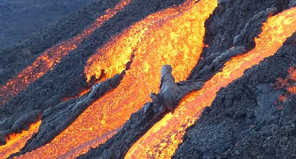 法男子冒死拍摄火山喷发场景 熔岩喷涌成河