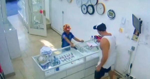 """阿根廷9岁男孩""""持枪""""抢劫 珠宝店主不以为意将其轰出"""
