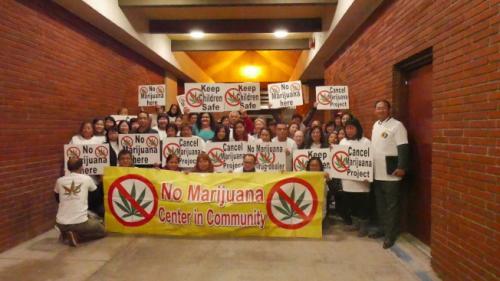 美媒:美一城市就建大麻药厂举办公听会 近百华裔抗议