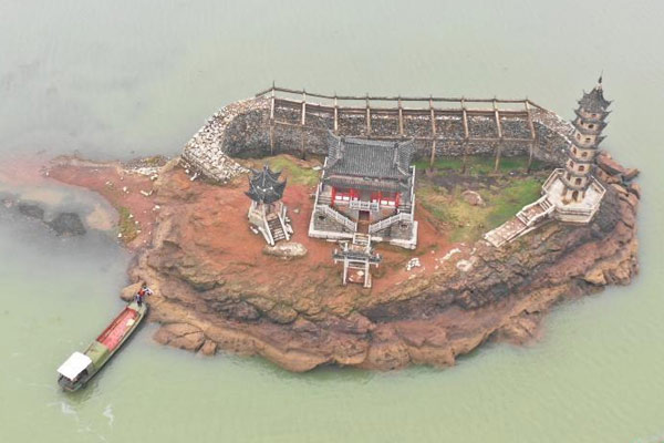 鄱阳湖水位上涨 千年石岛重新入水
