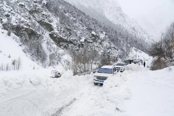 川藏公路西藏波密雪崩路段恢复通行