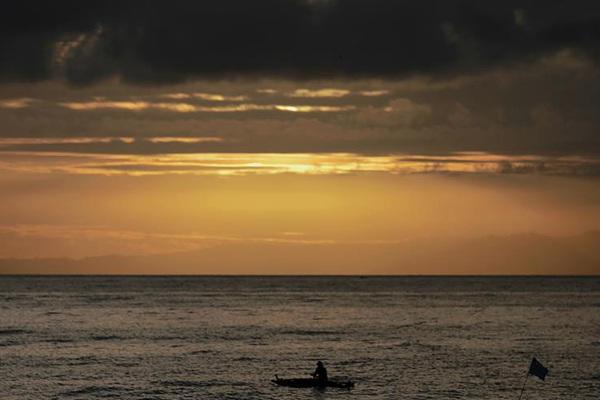 菲律宾:海滨日出美如画