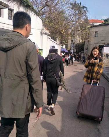 刘涛王珂夫妇度假被偶遇 望低调出行亲和力十足