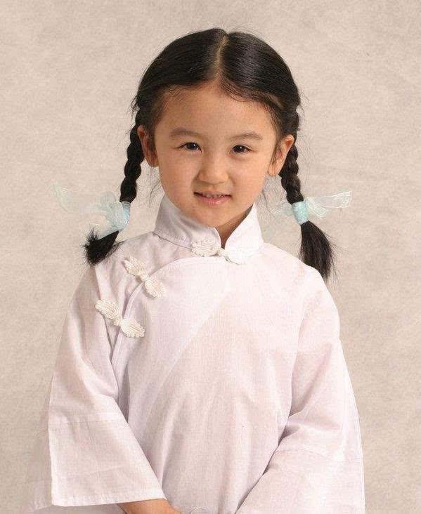 """她6岁就登上春晚,14岁因""""长残""""被骂出国,如今18岁活成这样"""