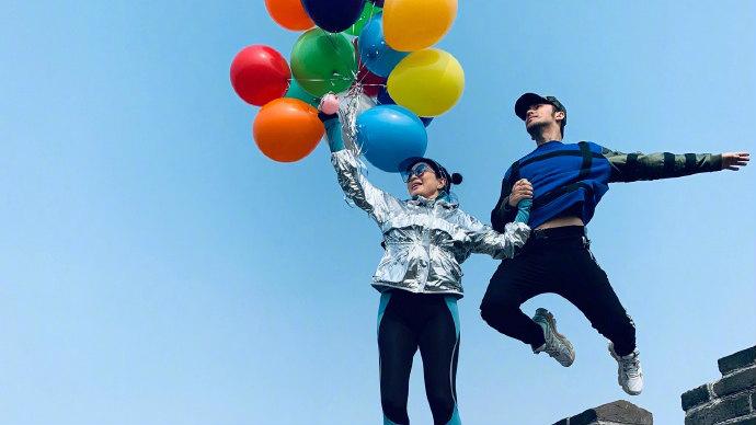 钟丽缇张伦硕带气球爬长城 拍情侣照蹦超高