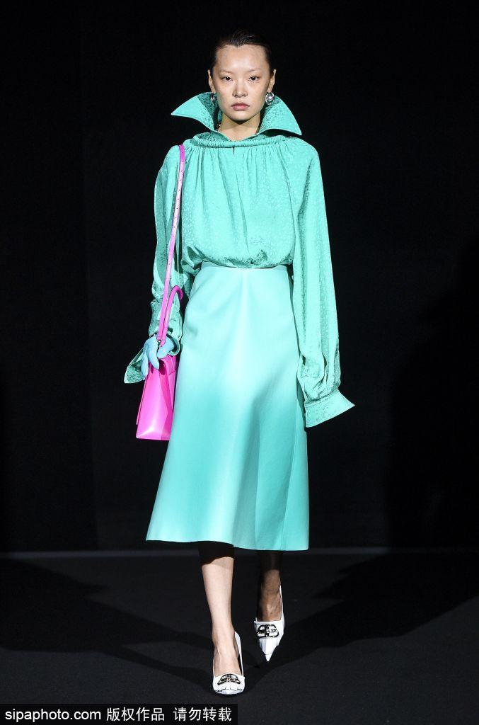 Balenciaga行走的银光色  冷艳整个巴黎古装周!
