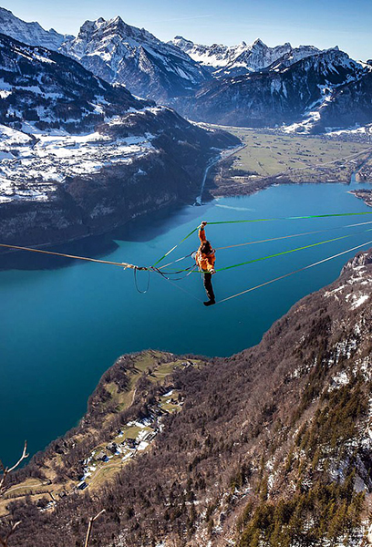 艺高人胆大!瑞士极限达人高空玩绳上旋转