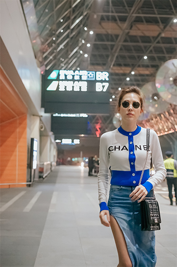 许玮甯现身机场 应邀前往巴黎时装周