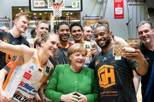 德国总理默克尔视察篮球队 与球员自拍合影笑得合不拢嘴