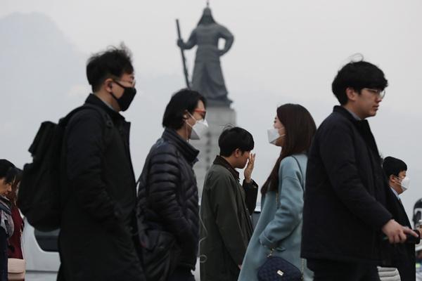 """韩国雾霾严重城市陷入一片""""混沌"""" 民众戴口罩出行"""