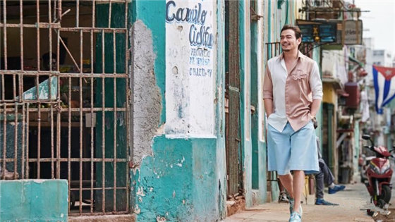 杨烁粉色西装惊现古巴 浪漫绅士气度引人关注