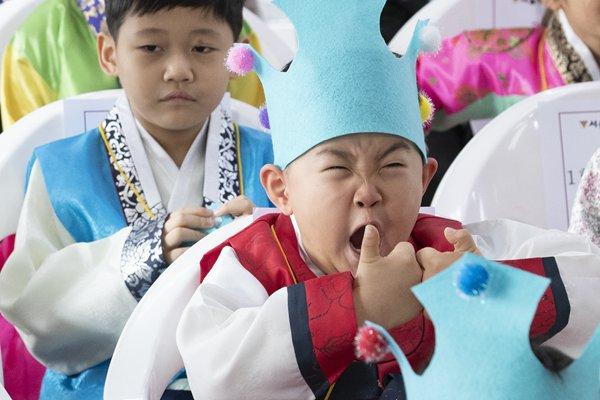 韩国一小学开学典礼 萌娃哈欠连天