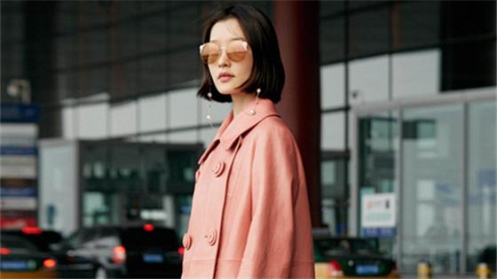 杜鹃现身机场启程巴黎时装周 穿粉嫩皮衣率性出镜气质满分