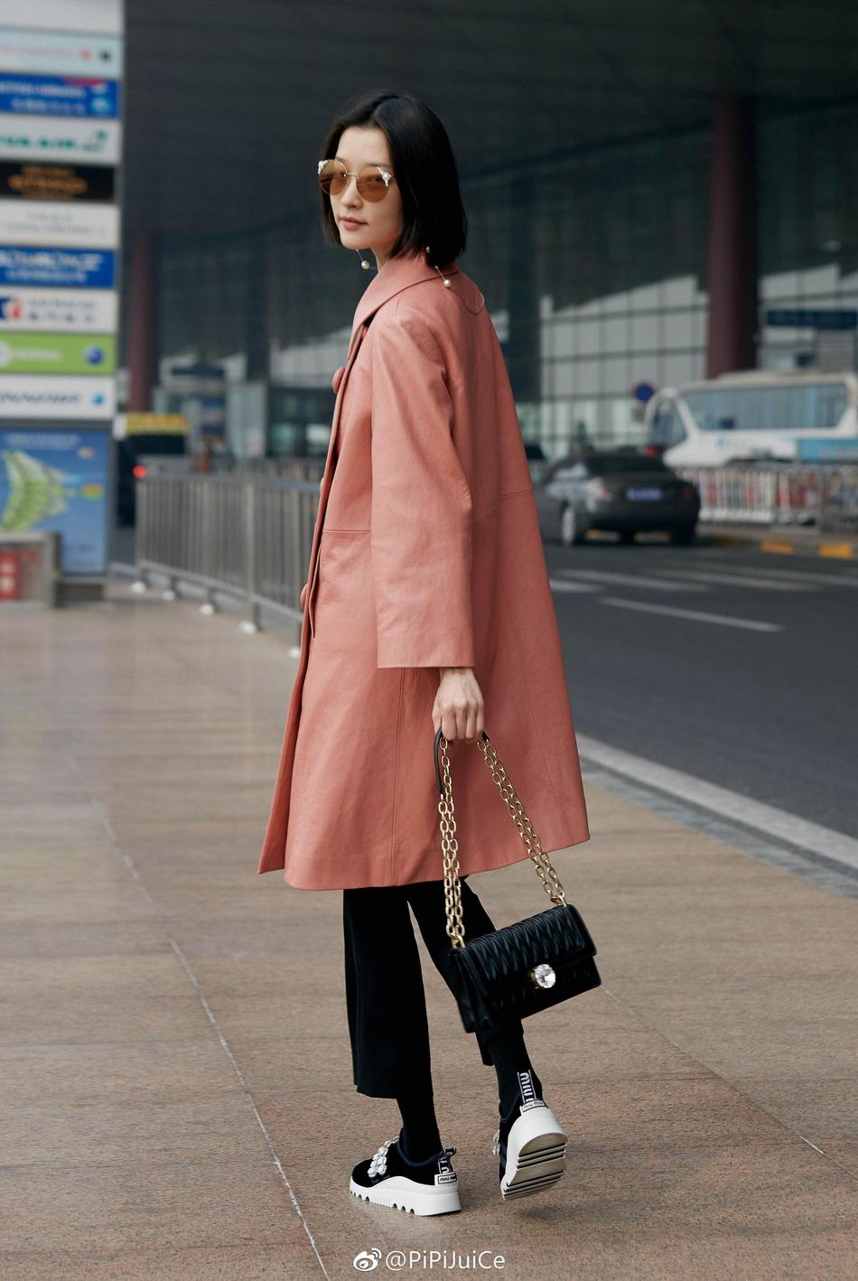 杜鹃现身机场启程巴黎时装周_穿粉嫩皮衣率性出镜气质满分