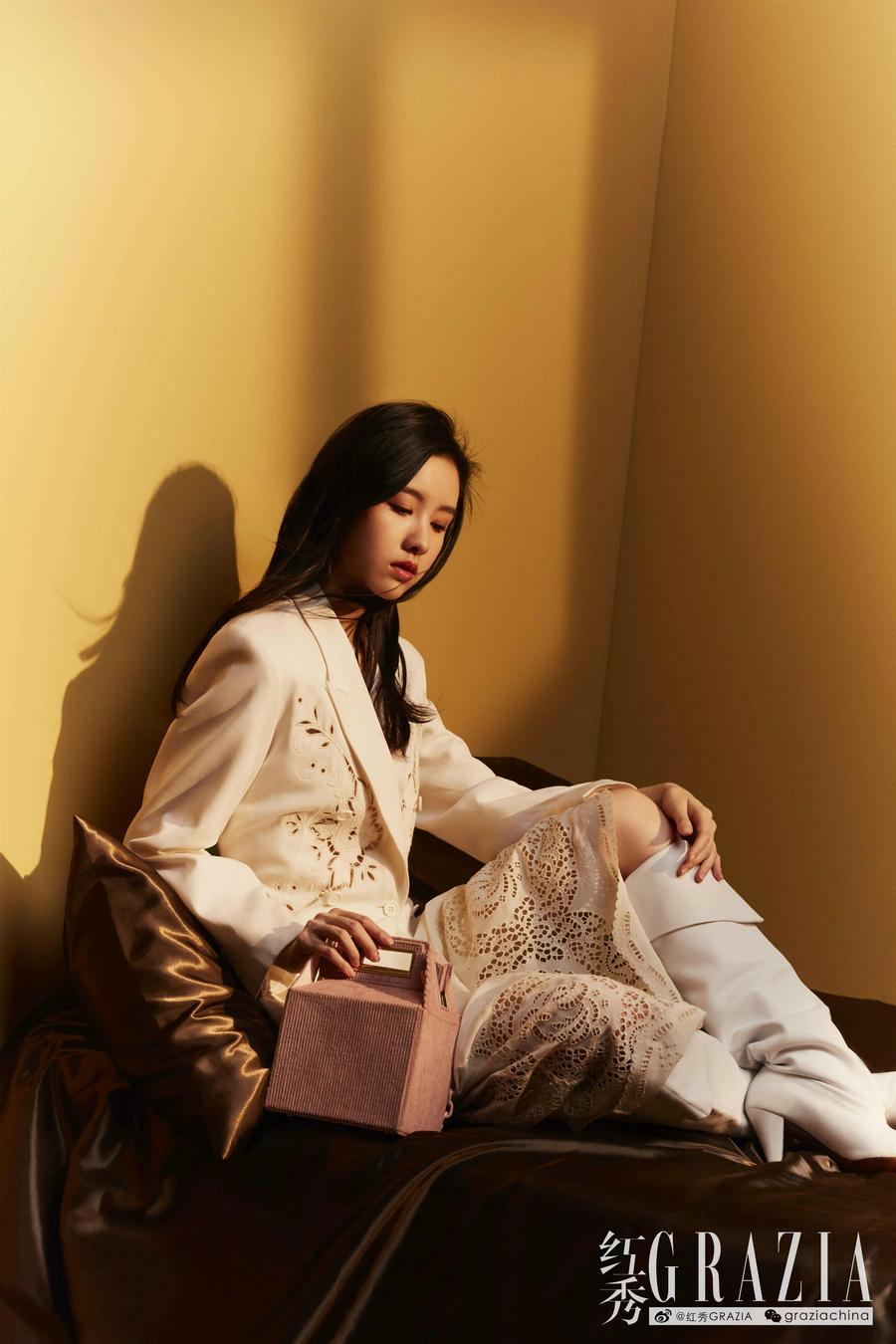 陈都灵拍摄杂志大片 肆意洒脱玩转时尚
