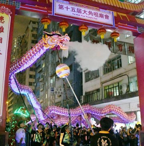 香港大角咀庙会热闹开场 152米夜光舞龙压轴亮相