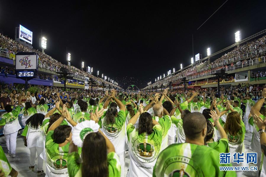 里约狂欢节:特级组桑巴舞校开始巡游表演