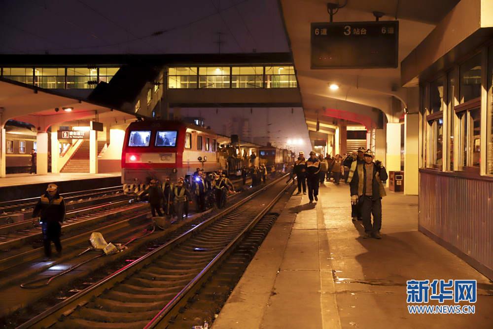 凌晨西安火车站上演春运后首场换轨鏖战斜挎胸包水饺型女图片