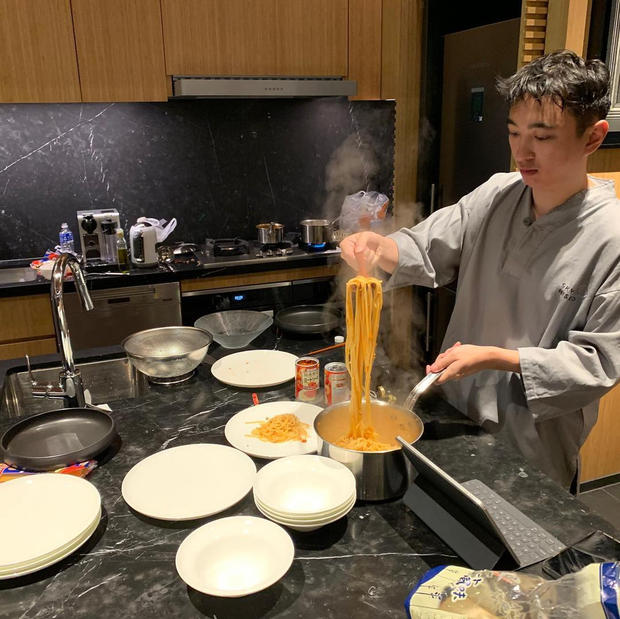 王思聪湿发亲自下厨煮意面 一旁的豪宅布置亮了