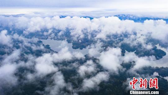 图|航拍江西仙女湖渔舟穿梭 云蒸霞蔚如仙境