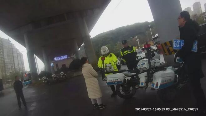 女子未悬挂车牌被交警拦下 其丈夫竟原地打滚撒泼