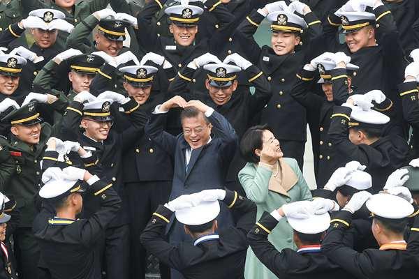 文在寅出席海军士官学校毕业典礼 和士兵们一起有爱比心
