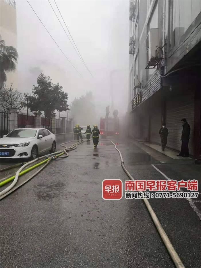 突发!桂林一仓库清晨发生火灾,16辆消防车紧急赶赴现场