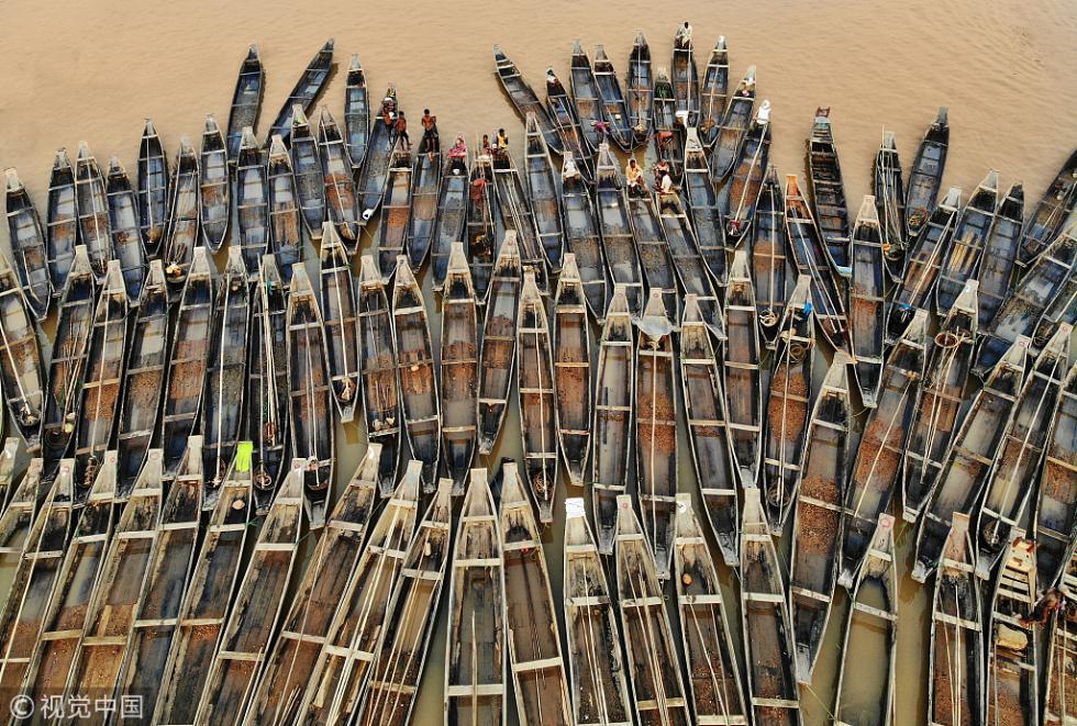 孟加拉国:航拍数百艘木船停靠岸边 密密麻麻场面壮观