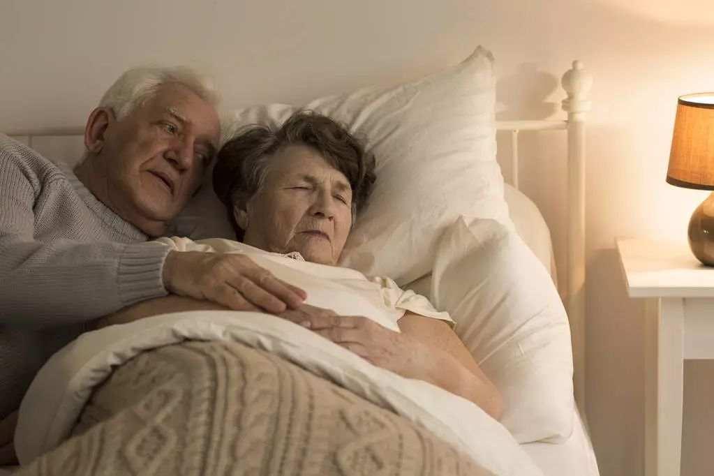 """这两种""""睡姿""""对老人很危险,医生绝不让自己父母这样睡"""