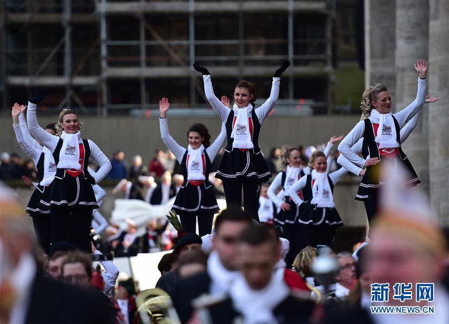 """德国科隆狂欢节迎来""""玫瑰星期一""""大游行"""