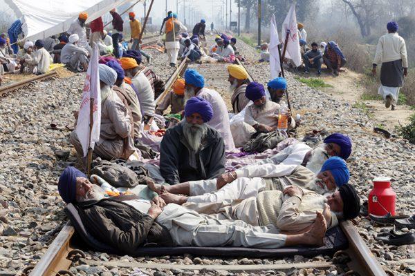 印度农民趟铁道上抗议农业政策 致数十趟列车取消或改道